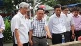 Phó Chủ tịch UBND TPHCM Võ Văn Hoan chỉ đạo khắc phục sự cố vỡ bờ bao ở quận 8