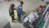 Clip nhân viên cửa hàng xăng dầu tước dao, quật ngã tên cướp