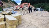 Xe tải chở gần 5 tấn thuốc nổ bị lật giữa đường núi
