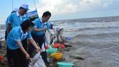 Phó Chủ tịch nước Đặng Thị Ngọc Thịnh cùng các đại biểu thả giống nhằm tái tạo nguồn lợi thủy sản