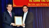 Đồng chí Phạm Minh Chính (phải) trao quyết định của Bộ Chính trị cho đồng chí Nguyễn Quang Dương