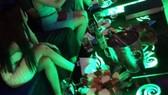 Cán bộ bị kiểm điểm vì clip nhậu và karaoke có tiếp viên nữ rót bia