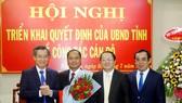 Lãnh đạo tỉnh Bạc Liêu trao quyết định, tặng hoa chúc mừng PGS-TS Từ Diệp Công Thành (cầm hoa). Ảnh: HỮU THỌ