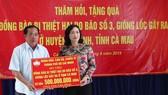 Lãnh đạo TPHCM  tặng quà người dân U Minh bị thiệt hại do bão số 3 gây ra