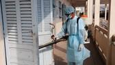 Cán bộ y tế tiến hành tiêu độc, khử trùng tại Trường Tiểu học Nguyễn Văn Huyên