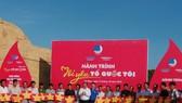 Ông Trần Văn Hiện, Chủ tịch HĐND tỉnh Cà Mau (áo trắng) và Anh Nguyễn Tường Lâm, Phó Chủ tịch Thường trực Trung ương Hội Liên hiệp Thanh niên Việt Nam (áo xanh) tặng cờ Tổ quốc cho ngư dân