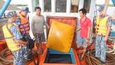 Bộ Tư lệnh Vùng Cảnh sát biển 4 tạm giữ tàu chở 80.000 lít dầu D.O không rõ nguồn gốc
