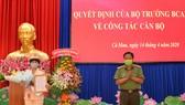 Đại tá Phạm Thành Sỹ trao quyết định của Bộ trưởng Bộ công an cho Thượng tá Đoàn Thanh Thủy. ẢNH: HOÀNG GIANG
