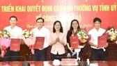 Bà Lê Thị Ái Nam (đứng giữa) Phó Bí thư Thường trực Tỉnh ủy Bạc Liêu trao quyết định của BTV Tỉnh ủy và chụp ảnh lưu niệm với 4 lãnh được điều động. ẢNH: PHAN THANH CƯỜNG