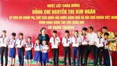Chủ tịch Quốc hội Nguyễn Thị Kim Ngân thăm và tặng quà cho học sinh ở Cà Mau