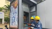 Nhân viên EVNHCMC kiểm tra công trình điện nơi phục vụ bầu cử