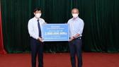 Bộ trưởng Nguyễn Thanh Long thay mặt ngành y tế tiếp nhận hỗ trợ 2 tỷ đồng mua vaccine phòng Covid-19 từ Dược Hậu Giang