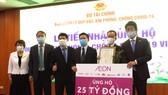 Đại diện Tập đoàn AEON tại Việt Nam trao 25 tỷ đồng đóng góp Quỹ Vaccine phòng, chống Covid-19