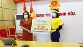 Bà Nguyễn Thị Thanh Đào – Giám đốc Nam A Bank Khu vực Miền Trung & Tây Nguyên trao quà cho lãnh đạo UBND thị xã Ninh Hòa