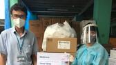 Đại diện Ủy ban Mặt trận tổ quốc Việt Nam TPHCM tiếp nhận 5.000 bộ xét nghiệm nhanh từ Medtronic