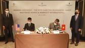Ông Hà Quốc Minh (bên trái), đại diện tập đoàn Marriott International tại Việt Nam & ông Gibran Bukhari - Giám đốc khối Kinh Doanh (bên phải), đại diện Masterise Homes tham gia ký kết
