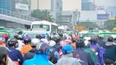 Đường Trường Sơn, TPHCM kẹt cứng vào sáng 20-7.