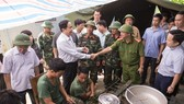 Chủ tịch Ủy ban TƯ MTTQ Việt Nam động viên các cán bộ, chiến sĩ đang giúp nhân dân khắc phục hậu quả mưa lũ