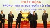 Thủ tướng Nguyễn Xuân Phúc và Bí thư Thành ủy TPHCM Nguyễn Thiện Nhân công bố Sách Vàng Sáng tạo 2017