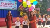 Cô Phạm Ngọc Lan, Hiệu trưởng Trường Tiểu học Lê Văn Việt, quận 9, TPHCM chào đón các em học sinh bước vào năm học mới. Ảnh: ĐÀO THỤY