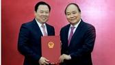 Thủ tướng Nguyễn Xuân Phúc trao quyết định bổ nhiệm ông Nguyễn Hoàng Anh - Ảnh: VGP/Quang Hiếu