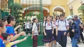 Thí sinh tại điểm thi Trường THPT Trưng Vương , TPHCM sau khi kết thúc giờ làm bài 3 môn thi tổ hợp khoa học tự nhiên