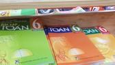 Nhiều ngày qua, phụ huynh khốn khổ vì lùng mua sách giáo khoa