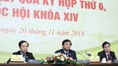 Ông Nguyễn Hạnh Phúc (giữa) chủ trì họp báo