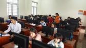 Học sinh dự thi giải Toán, Lý qua mạng