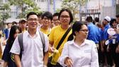 Thí sinh Hà Nội phấn khởi kết thúc thi môn tổ hợp Khoa học tự nhiên. Ảnh: ĐỖ TRUNG