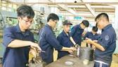 Sinh viên ngành Cơ khí Trường ĐH Sư phạm Kỹ thuật TPHCM trong giờ học thực hành