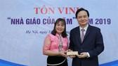 Bộ trưởng Bộ GD-ĐT tặng quà cho giáo viên tiêu biểu năm 2019