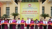 Các đại biểu cắt băng khánh thành Bảo tàng MTTQ Việt Nam