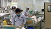 Các em học sinh bị nạn trong vụ cây phượng bật gốc đang được chăm sóc tích cực tại bệnh viện. Ảnh: QUANG HUY