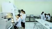 Sinh viên Việt Nam học tập, nghiên cứu khoa học. Ảnh: QUANG PHÚC