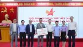 Tiếp nhận ủng hộ mưa lũ của Hội doanh nhân trẻ Việt Nam và Câu lạc bộ doanh nhân trẻ Sao Đỏ