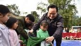 Bộ trưởng Bộ GD-ĐT Phùng Xuân Nhạ  trao áo ấm cho học sinh