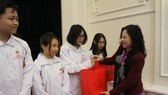 Thứ trưởng Bộ GD-ĐT Ngô Thị Minh trao quà của Thủ tướng Chính phủ cho các em học sinh đoạt giải Olympic quốc tế năm 2020