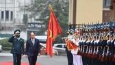 Thủ tướng Nguyễn Xuân Phúc chúc tết cán bộ, chiến sĩ của Sư đoàn 361, Quân chủng Phòng không - Không quân. ẢNH: VIẾT CHUNG