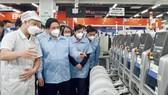 Thủ tướng Phạm Minh Chính thăm nhà máy sản xuất, lắp ráp điện thoại củai Công ty TNHH Samsung Electronics Việt Nam Thái Nguyên. Ảnh: VIẾT CHUNG