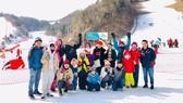 Du khách Việt Nam chụp ảnh lưu niệm tại Hàn Quốc