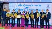Các lãnh đạo, thành viên Hiệp hội Du lịch TPHCM nhận hoa chúc mừng ngày 11-1. Ảnh: THI HỒNG