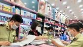 Cán bộ QLTT kiểm tra tại một cửa hàng thuộc chuỗi mỹ phẩm Ansan Cosmetics