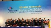 Quang cảnh buổi ký kết liên kết phát triển du lịch giữa các tỉnh, thành phố trưa 28-11