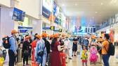 Khách chờ làm thủ tục tại sân bay Tân Sơn Nhất