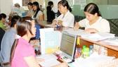Người dân đến giao dịch trực tiếp tại BHXH TPHCM. Ảnh tư liệu