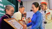 """18 mẹ được truy tặng danh hiệu """"Bà Mẹ Việt Nam anh hùng"""""""