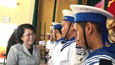 Thăm, tặng quà chiến sĩ hải quân