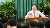 Chủ tịch UBND TPHCM Nguyễn Thành Phong phát biểu trong buổi gặp gỡ 322 chủ tịch UBND phường, xã, thị trấn. Ảnh: HOÀNG HÙNG