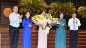 Các đồng chí lãnh đạo TPHCM chúc mừng tân Phó Chủ tịch HĐND TPHCM Phan Thị Thắng. Ảnh: VIỆT DŨNG